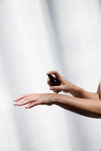 Das angenehm nach Lavendel duftende Sveta CBD Hand Spray mit Aloe Vera, CBD und Hanföl desinfiziert sanft und hinterlässt zudem die Hände gepflegt, regeneriert und erfrischt.