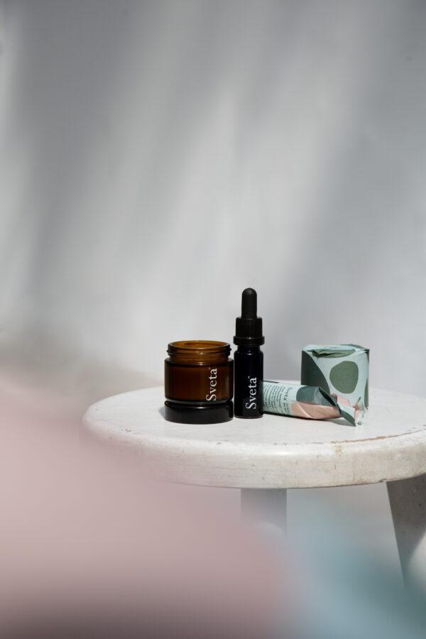 Das Duo für jeden Tag: Die Rundum-Pflege-Kombination für eine optimal durchblutete und regenerierte Haut mit den neuen Sveta Highlights Face Serum 10 % Reishi und Sveta Balm Intense 1 % CBD in der Sveta Kosmetik-Bag aus Bio-Hanf.
